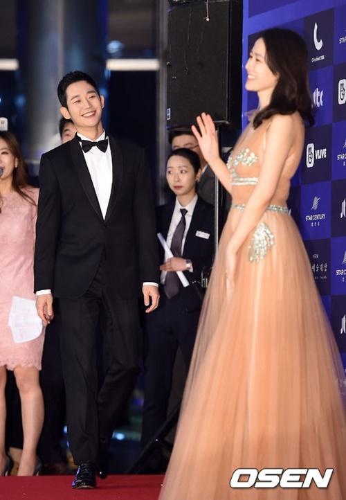 Trai trẻ Jung Hae In dành cho đàn chị cái nhìn trìu mến như người yêu.