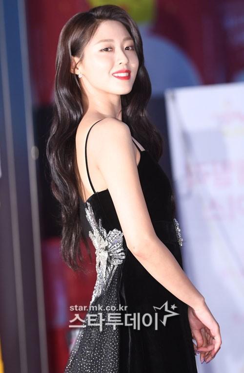 Seol Hyun trang điểm đậm, sắc sảo hơn thường ngày. Cô nàng tạo dáng xoay người quen thuộc khoe đường cong thon thả.