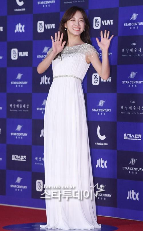 Seo Jeong (Gugudan) làm sáng bừng thảm đỏ bằng chiếc váy trắng thanh tao và nụ cười tỏa nắng.