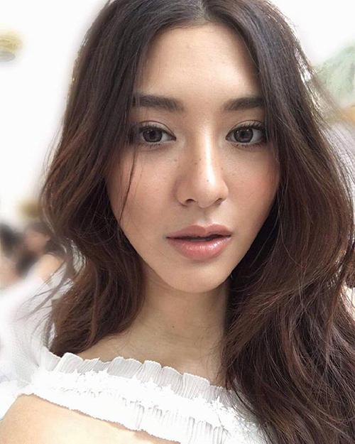 Kiểu trang điểm này giúp gương mặt của những người đẹp xứ Chùa Vàng trông thêm trẻ trung, tự nhiên.