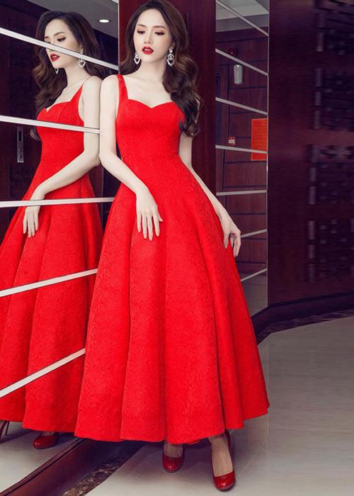 Khi đi tiệc, Hương Giang ưa chuộng nhất kiểu váy chữ A bó sát ở eo để tôn vòng hai thon gọn, thân dài đến mắt cá chân nhằm giấu tiệt đôi chân khẳng khiu.