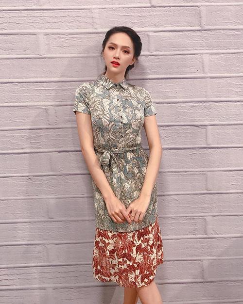 Kiểu váy có độ ôm nhẹ nhàng, tay ngắn, độ dài đến quá gối cũng được Hương Giang yêu thích. Trang phục này thích hợp với những sự kiện mang tính chất không quá trang trọng.