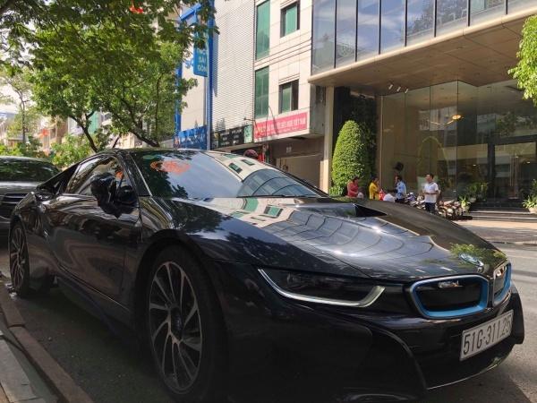 Đây đều là những dòng xe thuộc hạng sang trọng như BMW, Range Over... Gia đình Đức Phạm làm kinh doanh có tiếng tại Sài Gòn. Chú rể được xem là một thiếu gia có tiền.