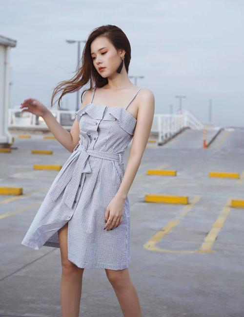 Midu diện trang phục thuộc thương hiệu cá nhân khoe vai gầy mong manh.
