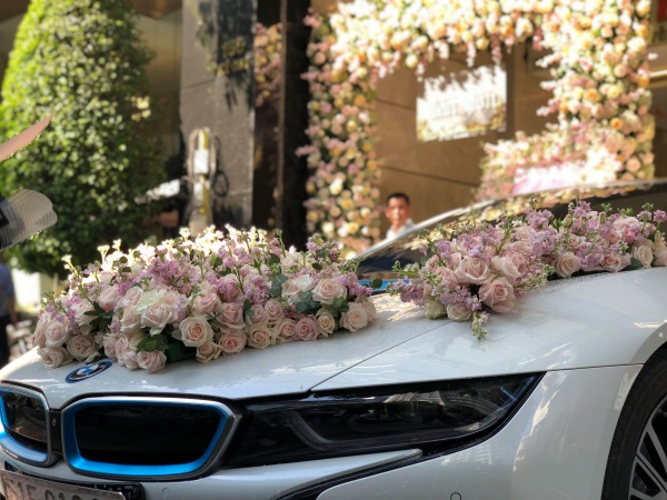 Nó được trang trí nhiều hoa tươi để chuẩn bị sang nhà cô dâu. Chú rể cho biết đội hình bưng lễ là những người bạn bè thân thiết.