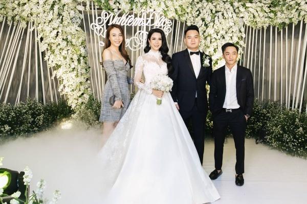 Cường Đô La - Đàm Thu Trang bất ngờ xuất hiện tại tiệc cưới. Anh là doanh nhân bạn bè với chú rể. Đây cũng là lần đầu tiên cặp đôi xuất hiện công khai như thế trước công chúng sau khi công khai tình cảm,