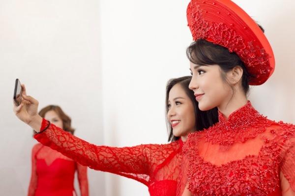Một cô gái xinh đẹp pose hình thân thiết với Diệp Lâm Anh.