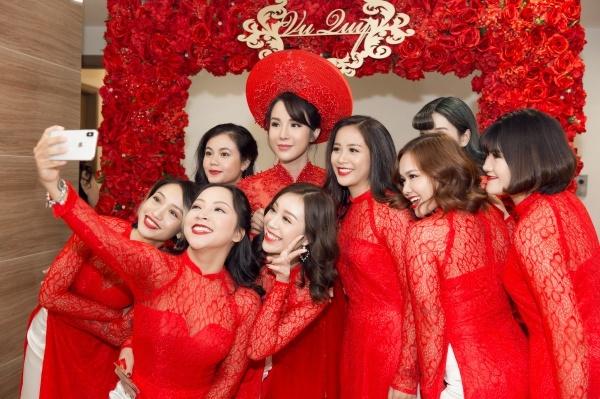 Các cô gái tranh thủ pose hình với người phụ nữ đẹp nhất đứng chính giữa.