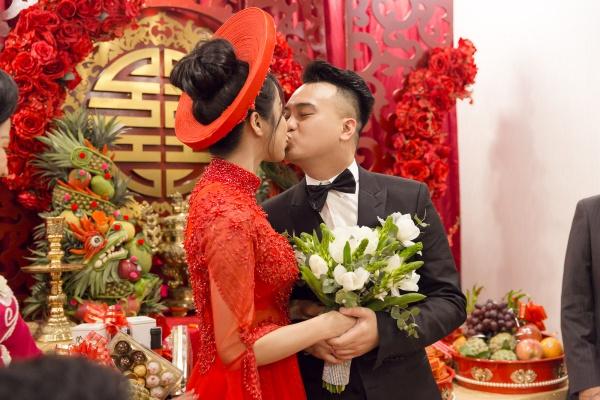 Cặp đôi còn có màn khóa môi trước sự chứng kiến của họ hàng hai bên và nhiều bạn bè.