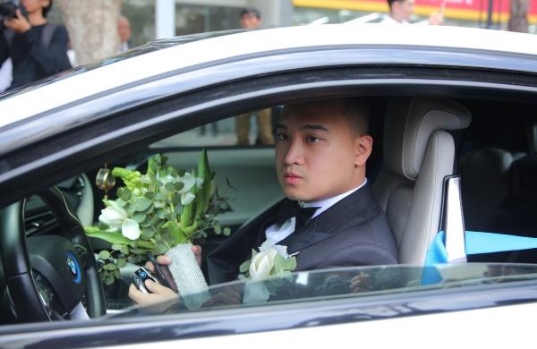 10h sáng 5/5, lễ rước dâu chính thức diễn ra tại nhà riêng của Diệp Lâm Anh ởquận Bình Thạnh, TP HCM. Chú rể Đức Phạm diện vest lịch lãm, tự lái xe, dẫn đầu đoàn xế hộp tiền tỷ đến nhà cô dâu.