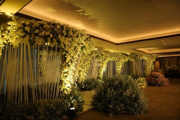 Khắp mọi lối đi ở khu vực sảnh bên ngoài được phủ đầy hoa.