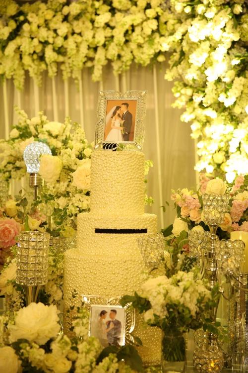 Ảnh cưới của cô dâu - chú rể cũng được lồng trong các khung hình đặt ở bàn ngoài khu vực sảnh.
