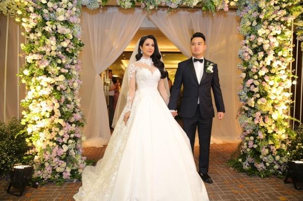 18h chiều ngày 5/5, vợ chồng Diệp Lâm Anh xuất hiện tại địa điểm tổ chức tiệc cưới để chuẩn bị đón khách mời.