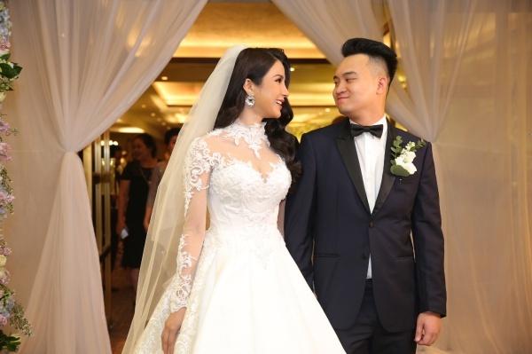 Cô dâu diện bộ cánh trắng, đầu đội khăn voan xinh đẹp, trong khi chú rể lịch lãm với vest.