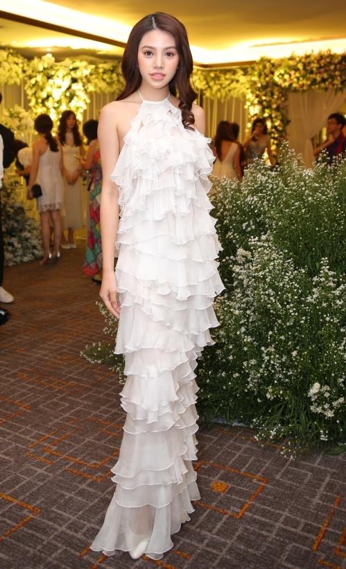 Hoa hậu Jolie Nguyễn là một trong những người bạn thuộc hội bạn thân thiết của Diệp Lâm Anh. Cô diện váy xếp ly