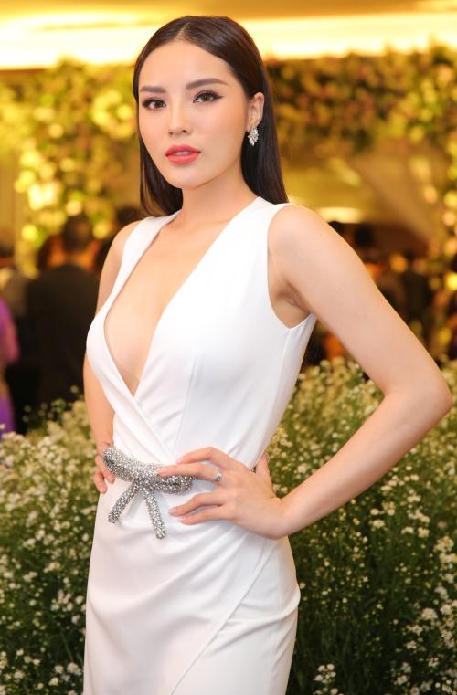 Kỳ Duyên diện váy xẻ ngực sâu gợi cảm. Cô là người chị em thân thiết của cô dâu.