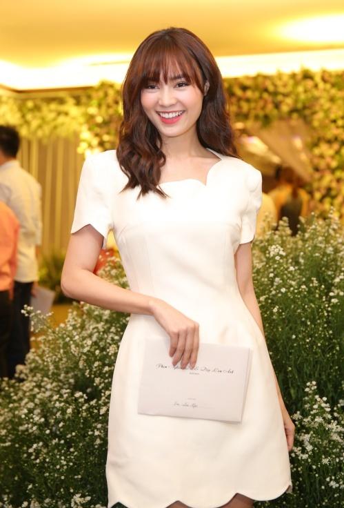 Ninh Dương Lan Ngọc tinh khôi, nhẹ nhàng với đầm trắng.