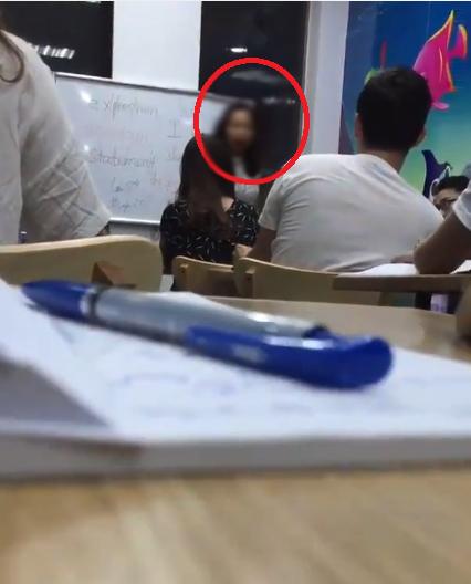Hình ảnh đôi co giữa giáo viên và học trò, trích từ video.