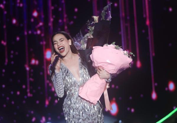 Nữ ca sĩ thăng hoa trên sân khấu.