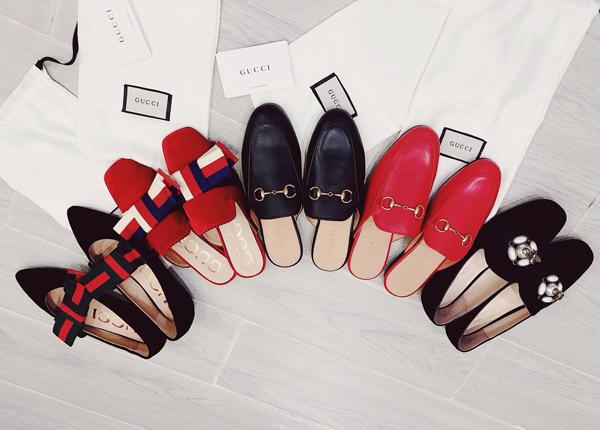 Để đánh dấu việc bước sang tuổi 30, Bảo Thy vừa tự thưởng cho bản thân một loạt món đồ hàng hiệu. Người đẹp sắm một lúc 5 đôi giày của thương hiệu Gucci với hai tông màu chính là đỏ và đen. Có đôi vì quá thích kiểu dáng nên cô còn không ngại rước về hai sản phẩm giống hệt chỉ khác màu. Giá của mỗi đôi Gucci này từ 16-23 triệu đồng.