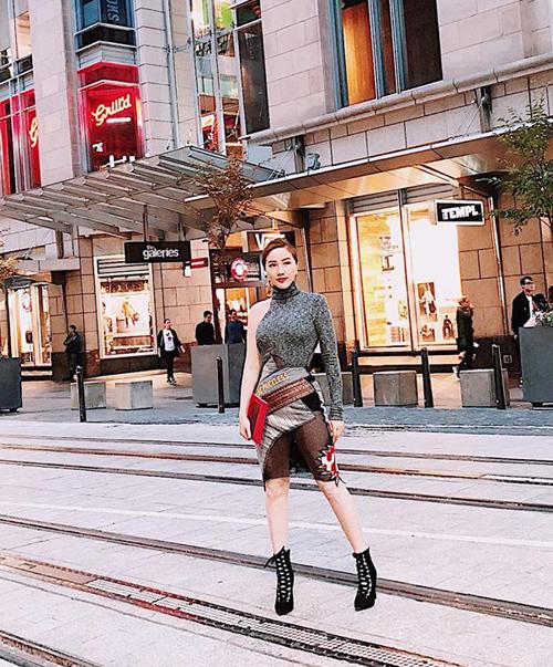 Chiến tích mua sắm đáng nể này được Bảo Thy thu thập từ chuyến du lịch tới Australia mới đây. Trên đường phố nước ngoài, nữ ca sĩ cũng liên tục khoe những bộ cánh sang chảnh chẳng khác gì đi tiệc, cho thấy sự thay đổi rõ rệt về phong cách.