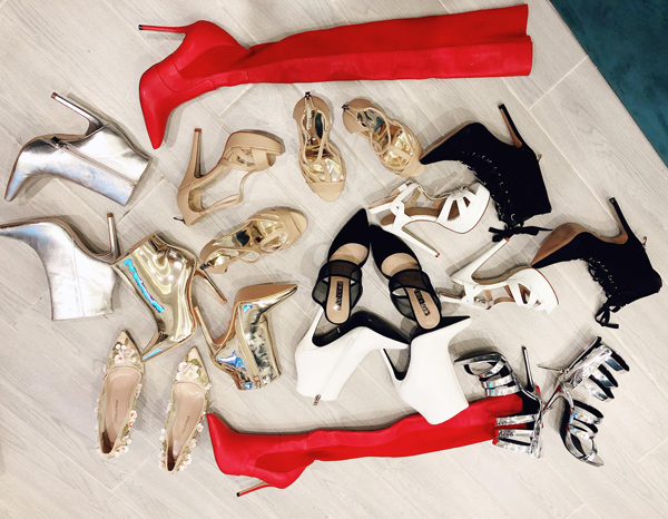 Bên cạnh đó, Bảo Thy còn gây choáng khi sắm hơn chục đôi giày đến từ nhiều thương hiệu đắt đỏ khác. Hầu hết đều là những đôi cao gót có màu sắc cơ bản tuy nhiên kiểu dáng khá bắt mắt để phù hợp mục đích đi diễn và đi sự kiện.