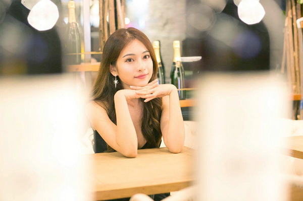 Sara sở hữu ngoại hình xinh đẹp, từng đóng vai nữ chính trong nhiều MV của các ca sĩ Việt như  Nhớ em, Chỉ còn trong mơ (Minh Vương M4U), Điều anh không muốn (Phan Ngọc Luân), Không giữ được em (Ali Hoàng Dương).