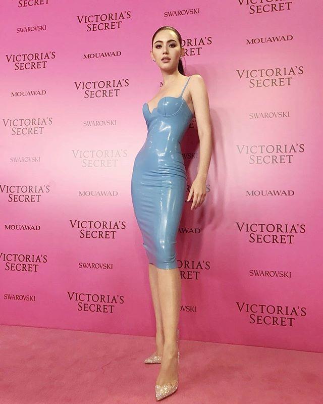 <p> Khi đi sự kiện, Mai đặt tiêu chí gợi cảm lên đầu. Cô thường chọn những bộ váy có kiểu dáng ôm sát, tôn lên chiều cao chuẩn mẫu và đường cong chữ S nuột nà.</p>