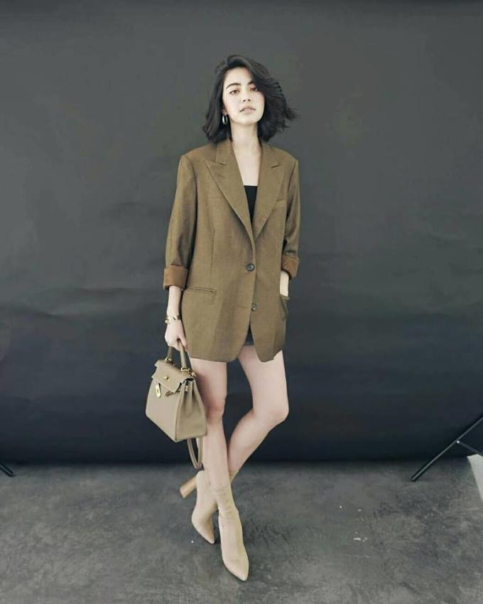 <p> Cô thường chọn những bộ đồ có thiết kế không quá rộng, dáng ngắn để tôn lên đôi chân thon dài.</p>