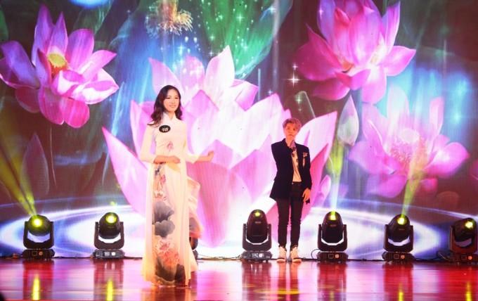 <p> Cô thể hiện ca khúc <em>Yêu xa</em>làm nền để dàn hot girl trình diễn trong phần thi trang phục áo dài.</p>