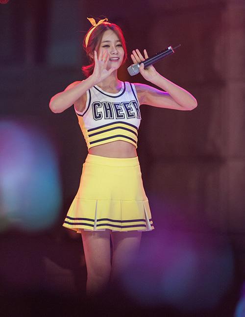 Trang phục nữ sinh giúp AOA khoe thân hình hấp dẫn, thoải mái thực hiện các động tác vũ đạo trên sân khấu.