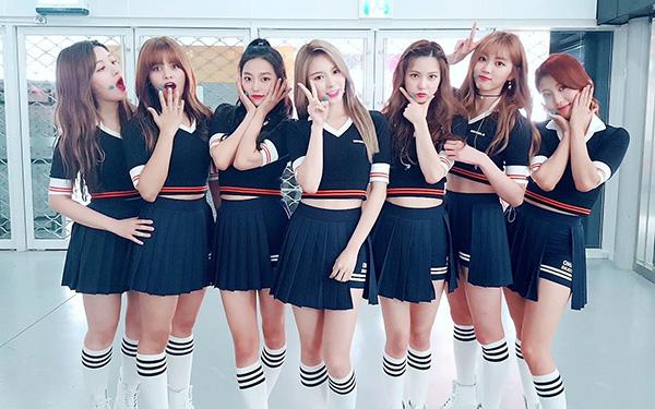 Đồng phục nữ sinh cổ vũ của CLC thường có kiểu dáng khá đơn giản, các thành viên cũng chọn cách mặc đồ giống hệt nhau thay vì mỗi người một màu để tạo sự nổi bật.
