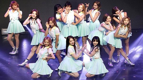 Đồng phục của nhóm luôn có màu sắc, kiểu dáng rất đáng yêu, thiết kế thay đổi đa dạng với nhiều style khác nhau, không bị đóng khung áo phông - chân váy xếp ly như nhiều girlgroup khác.