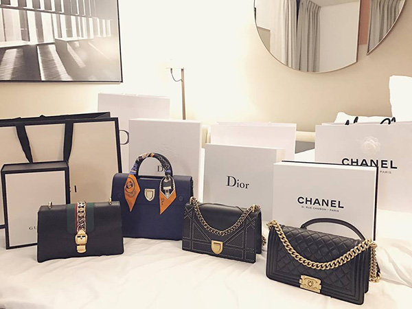 Một lần đi mua sắm, người đẹp có thể chi vài trăm triệu đồng để sắm những món đồ yêu thích về một lúc.