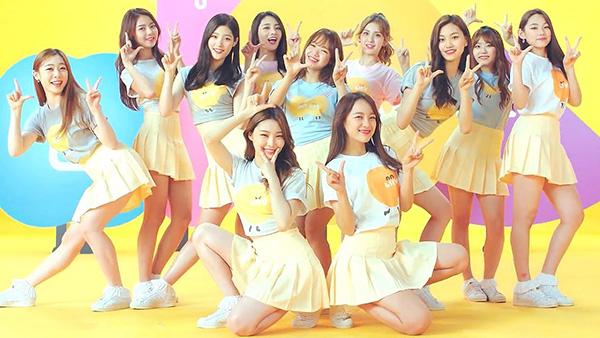 Các cô gái thường mix áo phông kiểu dáng cơ bản cùng chân váy xếp ly màu sắc, giày thể thao năng động.