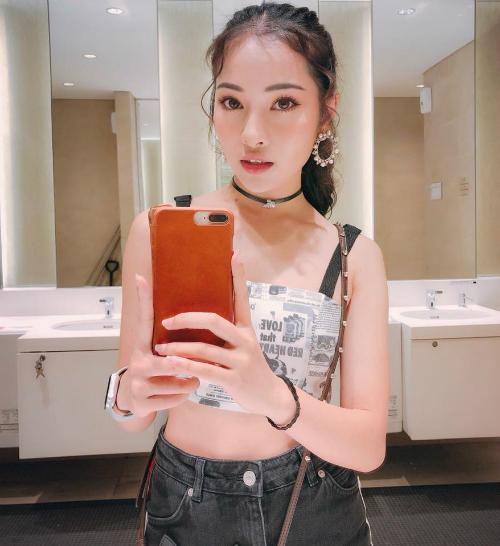 Sara Lưu tên thật là Lưu Ngọc Duyên, sinh năm 1995, là em gái trưởng nhóm S-Girls Lưu Hiền Trinh. Cô từng theo học khoa thanh nhạc tại Học viện Âm nhạc Quốc gia Hà Nội, từng có thời gian du học ở Hàn Quốc.