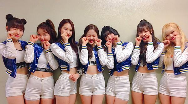 Các cô nàng Oh My Girl cũng nhiều lần đốn tim fan khi khoe vóc dáng chuẩn mực với đồng phục đội cổ vũ đầy gợi cảm.
