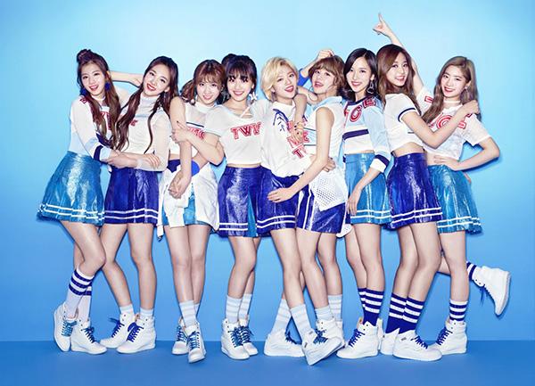 Phong cách năng động được Twice thể hiện rất rõ trong những trang phục nữ sinh cổ vũ.