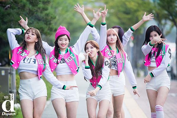 Các cô gái mang đến tinh thần phơi phới, tràn đầy sức sống đúng như những cô gái học đường thông qua những bộ cánh màu sắc rực rỡ.