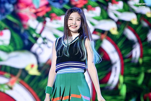 Đặc trưng trong kiểu đồng phục nữ sinh cổ vũ của Red Velvet là kiểu dáng cơ bản, ít chi tiết.