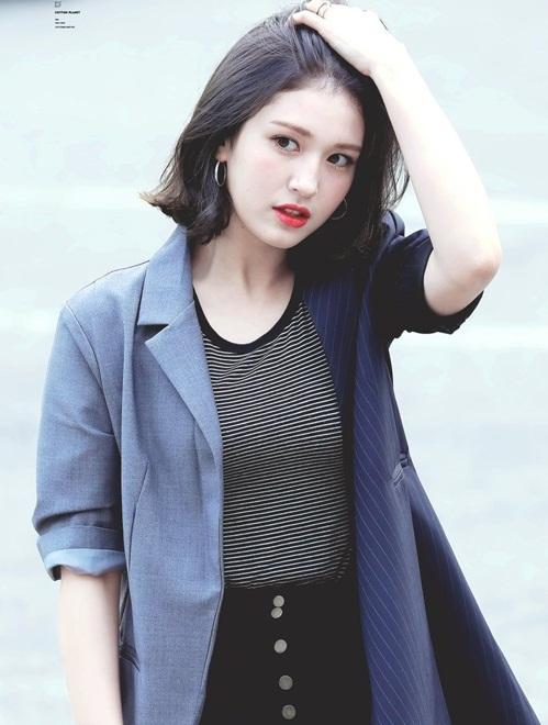 Mỹ nhân sinh năm 2001 có khả năng biến đổi phong cách từ dễ thương sang sexy chỉ bằng cách đổi kiểu tóc. Somi từng làm hình mẫu quảng cáo cho một game điện thoại.