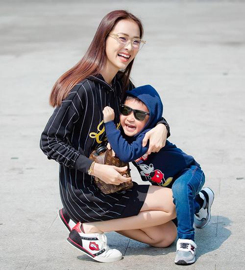 Hai mẹ con Diệp Bảo Ngọc nô đùa trên phố.