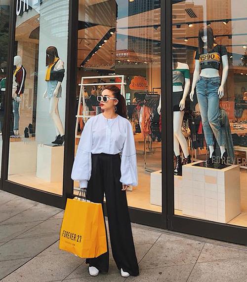 Yến Trang mặc sành điệu đi mua sắm ở nước ngoài.
