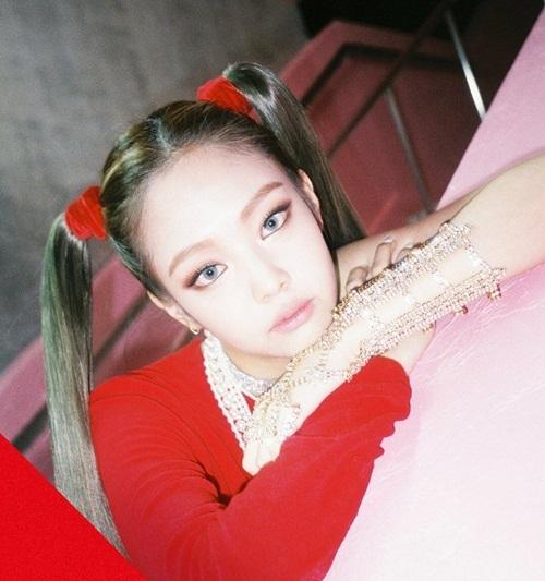 Trong đợt comeback năm 2017, Jennie từng xuất hiện với kiểu tóc 2 bên buộc cao. Netizen hết lời khen ngợi vẻ độc lạ, thần thái khác biệt của nữ ca sĩ. Fan cho rằng dù buộc tóc 2 bên thì cô nàng vẫn chất, không hề giống con nít.