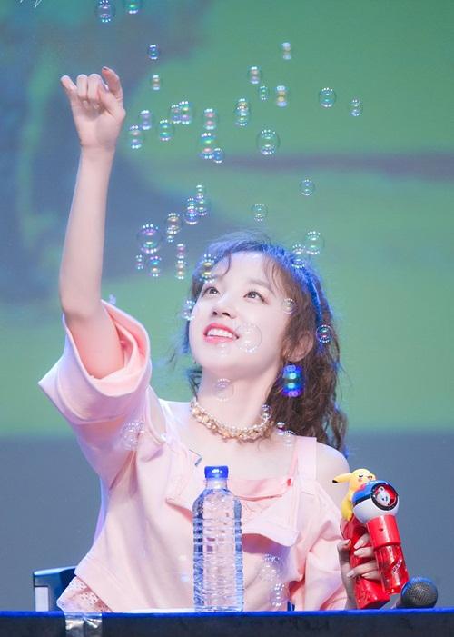 Dù là người nước ngoài nhưng fan nhận xét Yuqi có nét giống người Hàn nhiều hơn, khả năng ngoại ngữ, hát cũng tốt, không bập bẹ như nhiều idol nước ngoài khác.