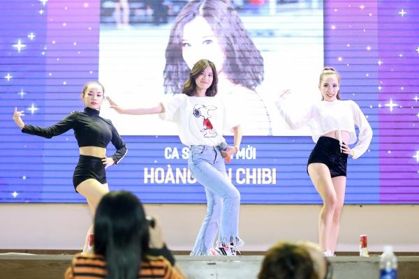 Tối 7/5, Hoàng Yến Chibi có buổi biểu diễn tại ĐH Kinh tế TP HCM. Cô diện quần jeans và áo thun đơn giản khuấy động toàn bộ sân khấu bằng bản hit Nụ hôn đánh rơi, Yêu, Cindrella.