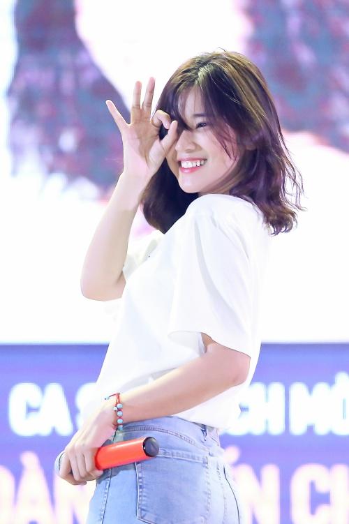 Sau thành công của vai diễn Hiểu Phương trong bộ phim điện ảnh Tháng năm rực rỡ, Hoàng Yến nhận thêm nhiều tình cảm từ khán giả. Đi diễn ở đâu, cô đều được fan hâm mộ chăm sóc tận tình bằng những món quà thiết thực như đồ ăn, vật dụng hàng ngày.