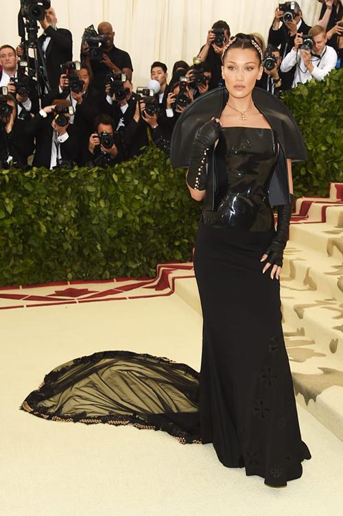 Bella Hadid độn tuổi vì chiếc váy đen tuyền già đanh.