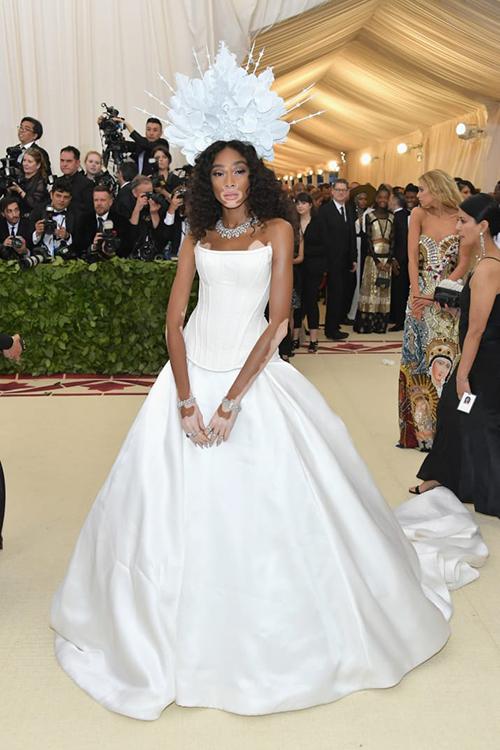 Mỹ nữ da bạch tạng Winnie Harlow thướt tha với cây váy trắng.
