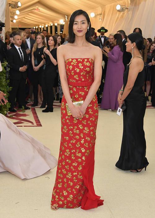 Liu Wen chọn váy đỏ tôn lên nét đẹp đậm chất châu Á.
